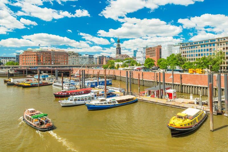 汉堡,德国:汉堡都市风景  码头和色的小船 免版税库存图片