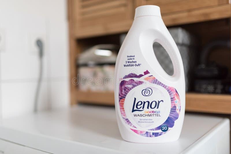 汉堡,德国01 15 2018瓶Lenor颜色洗衣店在洗衣机的洗液在卫生间里 免版税库存照片