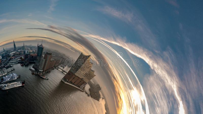 汉堡Hafencity的小行星和Elbphilharmonie 免版税库存图片