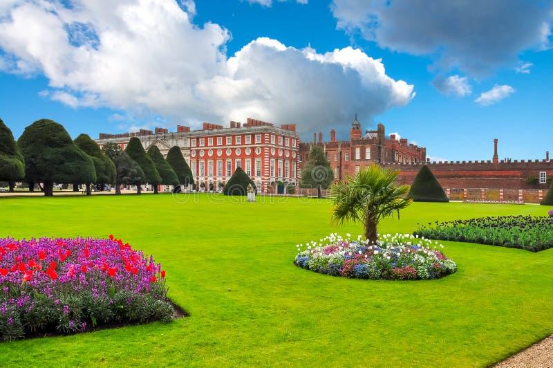 汉普顿法院庭院在春天,伦敦,英国 免版税库存照片