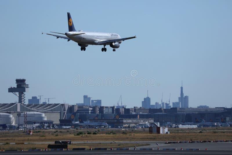 汉莎航空公司在法兰克福机场, FRA,大厦中飞行着陆在背景 库存图片