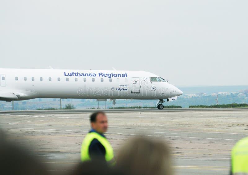 从汉莎航空公司地方航空公司的投炸弹者CRJ700系列 库存照片