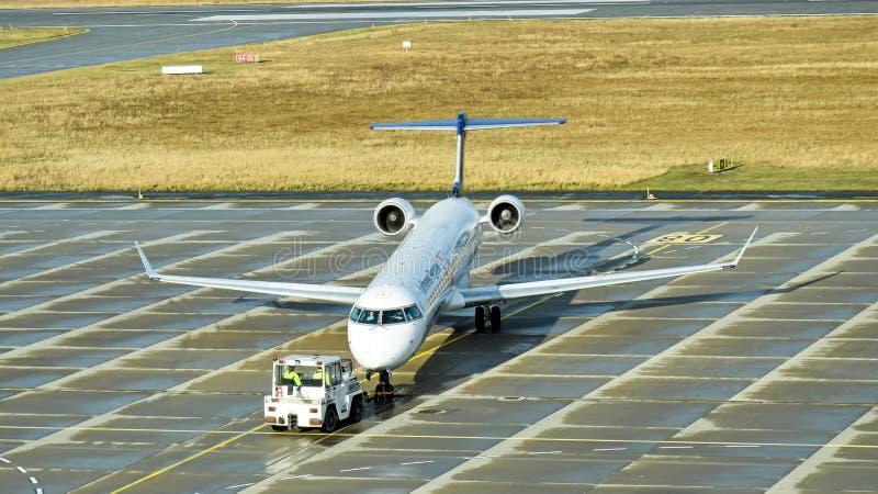 汉莎航空公司辅助汉莎区域航空投炸弹者CRJ900飞机准备好起飞在德累斯顿国际机场 库存照片
