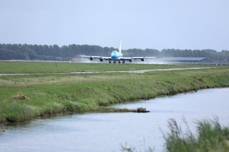 汉莎航空公司B747平面乘出租车在阿姆斯特丹机场,AMS,河 图库摄影