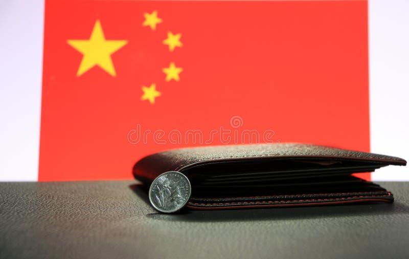 汉语一元在黑地板上的正面CNY铸造有黑钱包和中国旗子背景 免版税库存图片