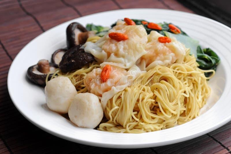汉语烘干了面条用饺子、fishballs和蘑菇 库存照片