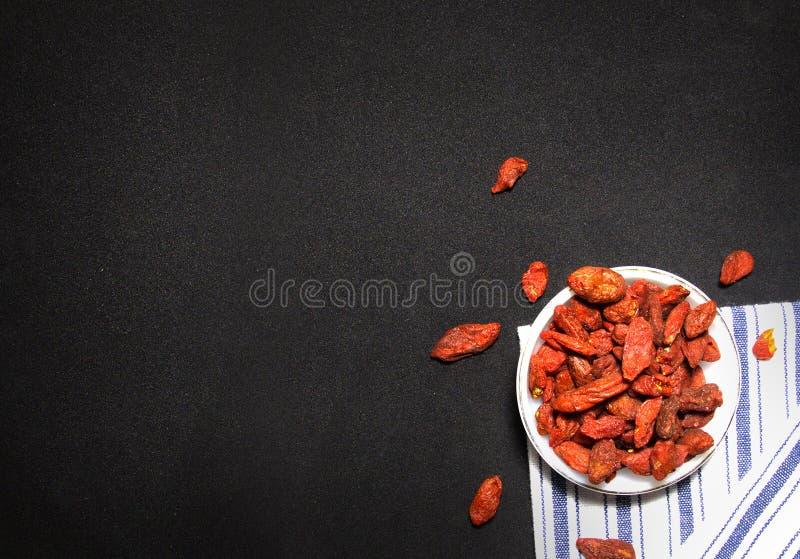 汉语Wolfberry或在黑背景的Goji莓果 库存图片
