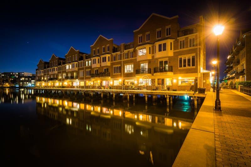 江边公寓在晚上,在小行政区,巴尔的摩, Ma 免版税库存照片