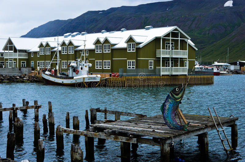 江边和口岸在Siglufjordur怀有,冰岛 免版税图库摄影