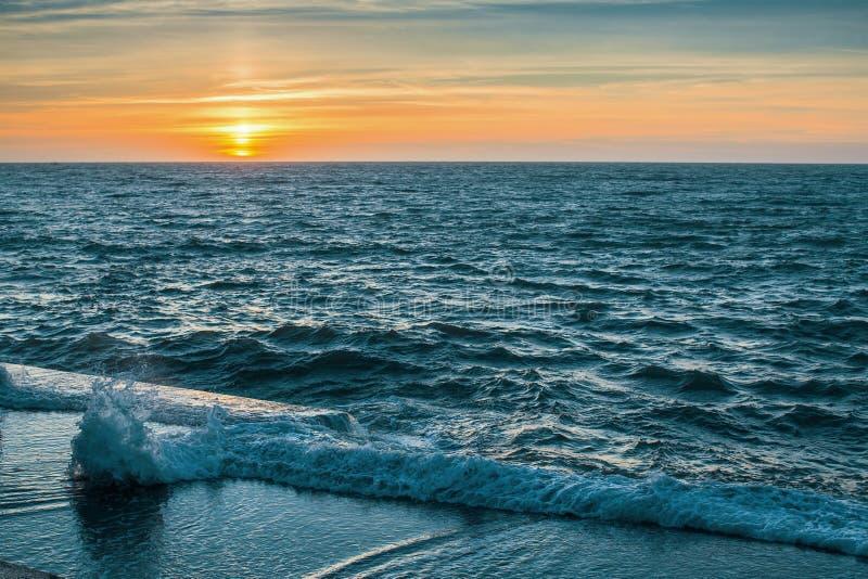 江边在日落期间的海洋海浪 自然 库存图片