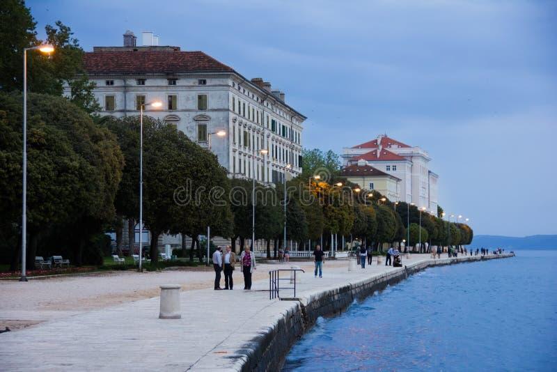 江边散步在晚上 扎达尔 克罗地亚 免版税图库摄影