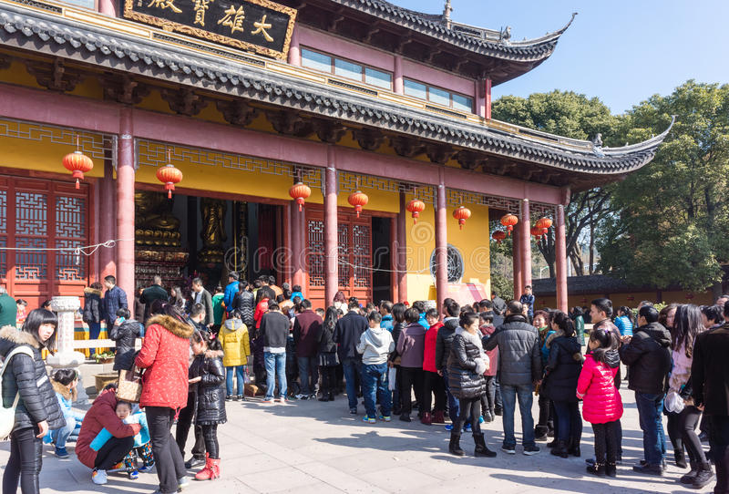 江阴,中国在2月2015 19日:人们烧香火春节的第一天到寺庙烧香火  免版税库存照片