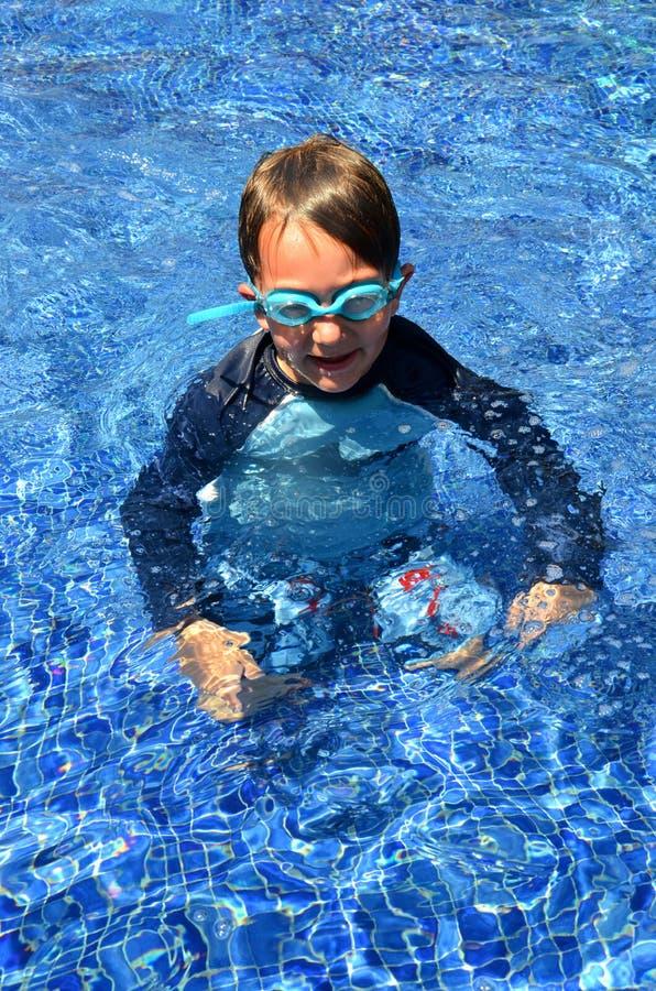 池佩带的风镜的男孩 免版税图库摄影