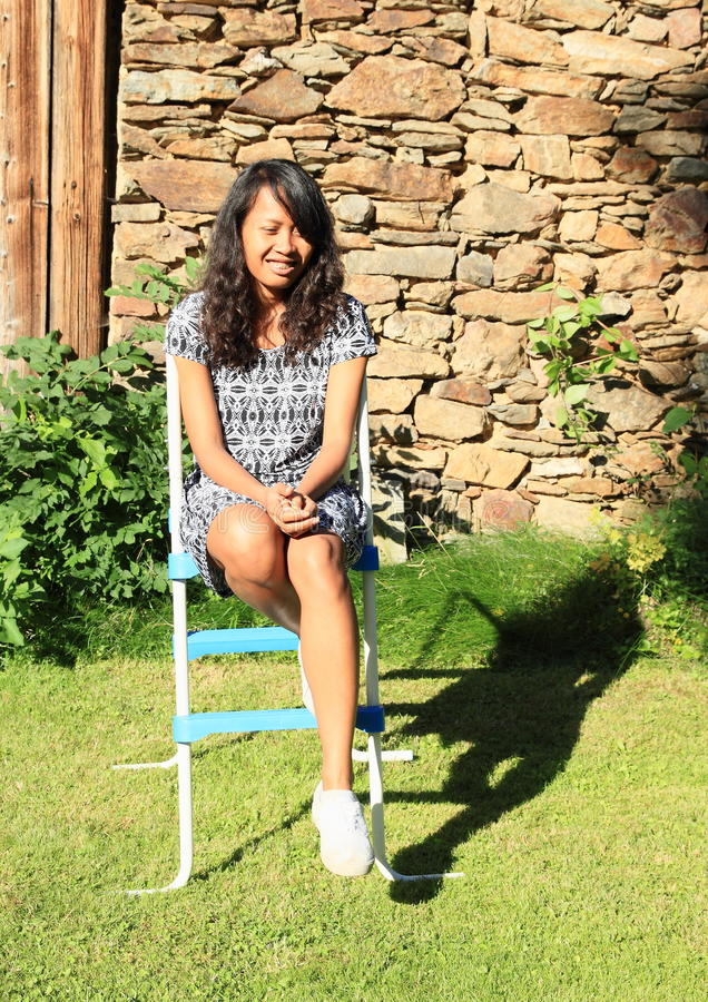 水池台阶的微笑的女孩 库存照片