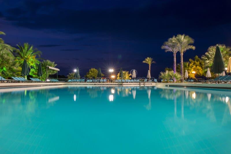 水池在晚上-假期背景 免版税库存照片