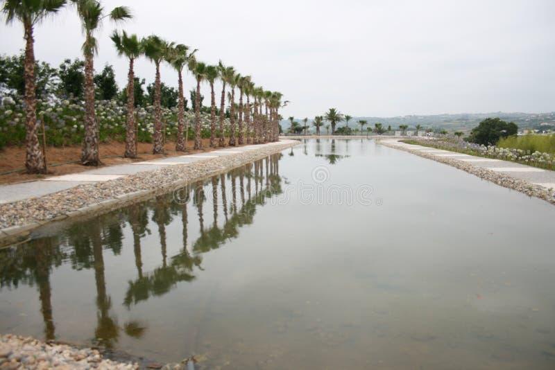 水池在Budha伊甸园庭院里在Bombarral,葡萄牙 库存图片