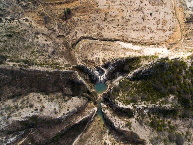池塘和山阿列尔景色  免版税库存图片