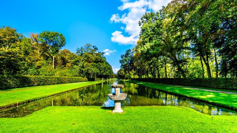 池塘和湖在围拢城堡德哈尔的公园 库存照片