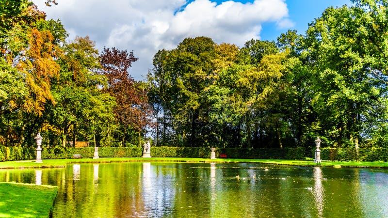 池塘和湖在围拢城堡德哈尔的公园 免版税库存图片