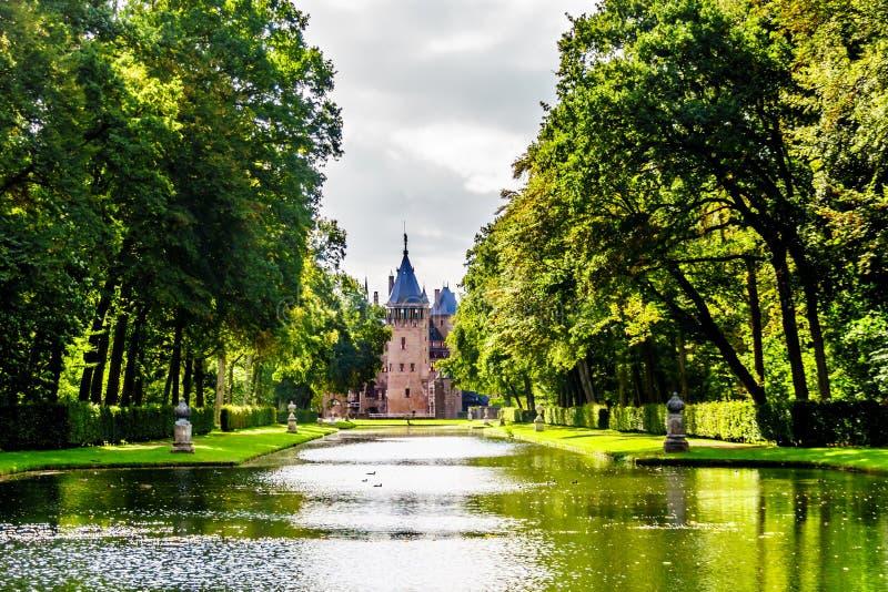 池塘和湖在围拢城堡德哈尔的公园 免版税库存照片