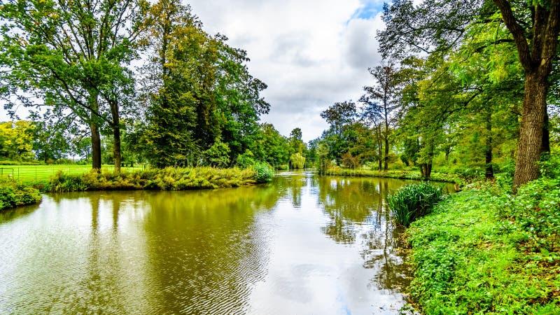 池塘和湖在围拢城堡德哈尔的公园 免版税图库摄影