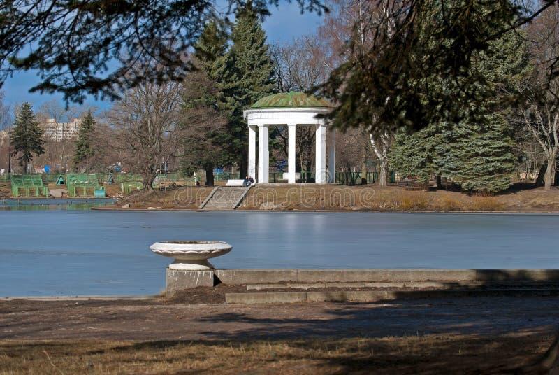 池塘和眺望台。 库存图片