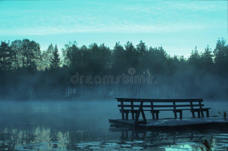 池塘在凉快的夜以后在芬兰 免版税库存照片