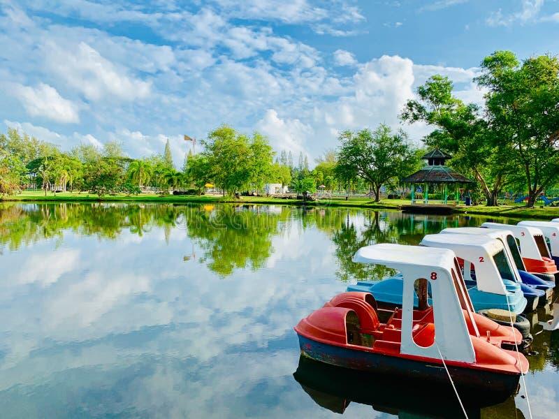 池塘的看法在Somdej Phra Srinakarin公园的北大年府,泰国公园 免版税图库摄影