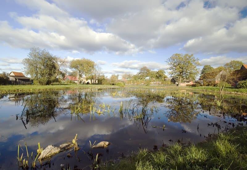 池塘风景村庄 库存图片
