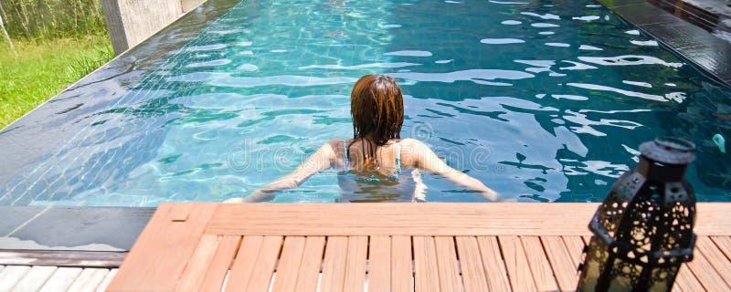 池放松游泳妇女 库存图片