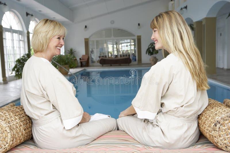 池松弛游泳二名妇女 免版税库存图片