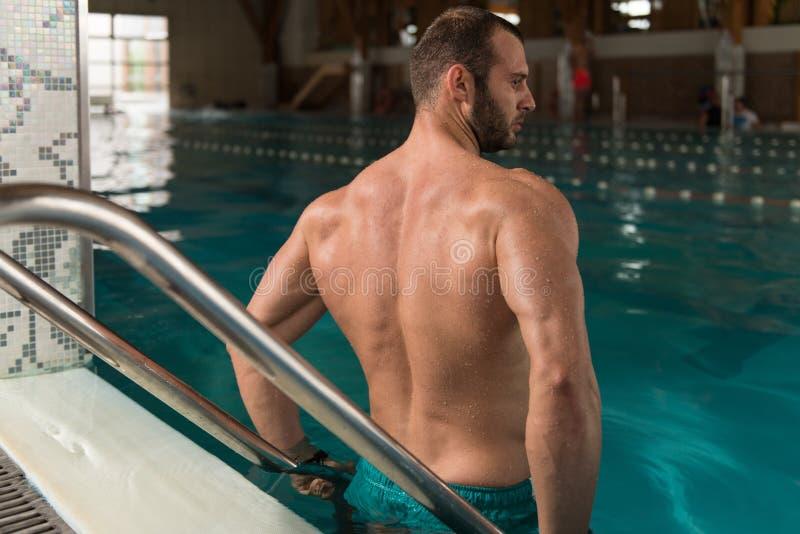Download 池松弛游泳 库存照片. 图片 包括有 男性, 健康, 爱好健美者, 顿断法, 方式, 全能, 胸口, beauvoir - 62536450