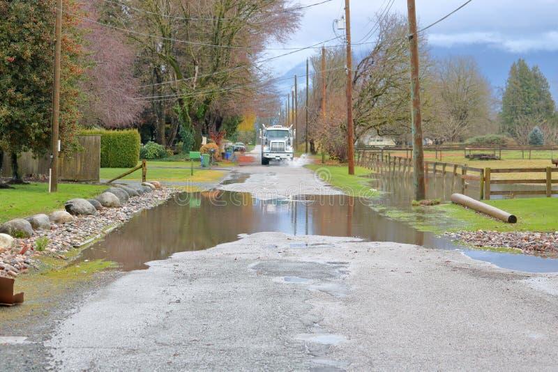 池水在路和卡车的 免版税库存图片