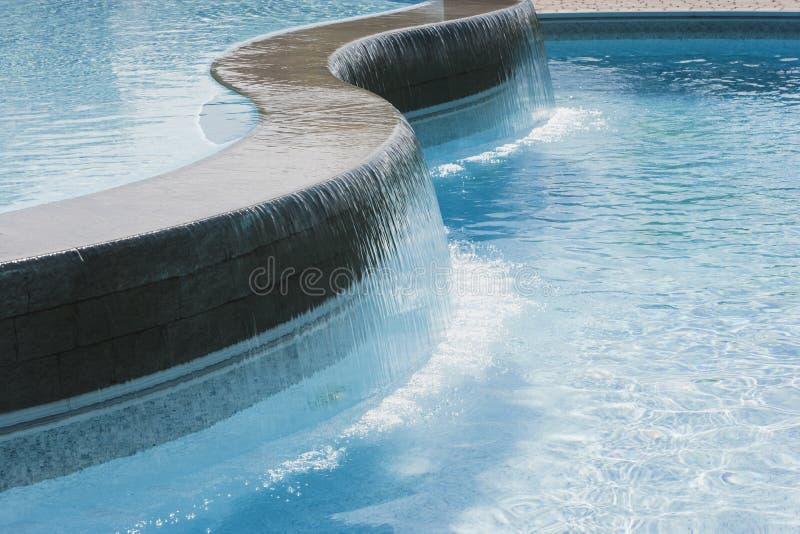 池游泳瀑布 免版税库存图片