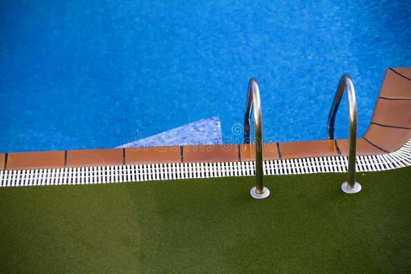 Download 池游泳 库存图片. 图片 包括有 照亮, 晒裂, 户外, 蓝色, 放松, 休闲, 干净, 天堂, 豪华, 没人 - 22352861