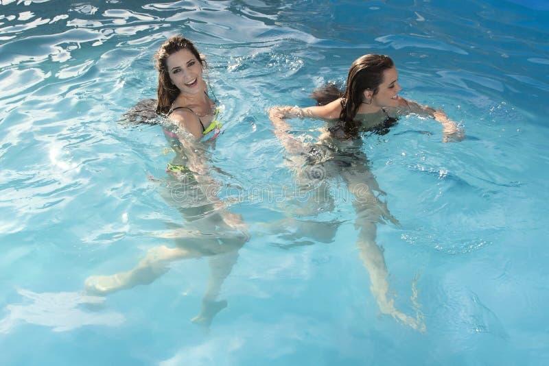 水池的两名妇女 库存照片