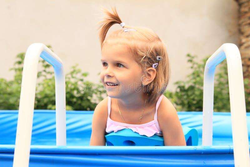 池的女孩 免版税库存图片