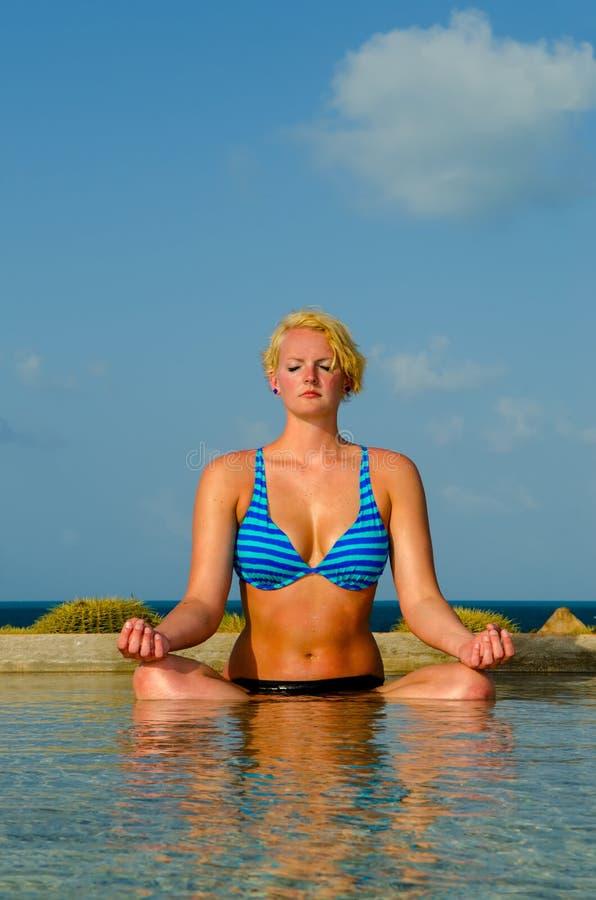 水池的平静的思考的妇女在天堂 免版税库存图片