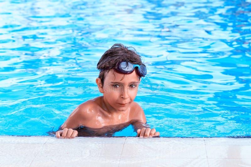 水池的男孩 库存图片