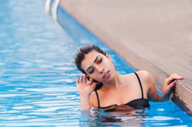 水池的美丽的女孩 库存照片