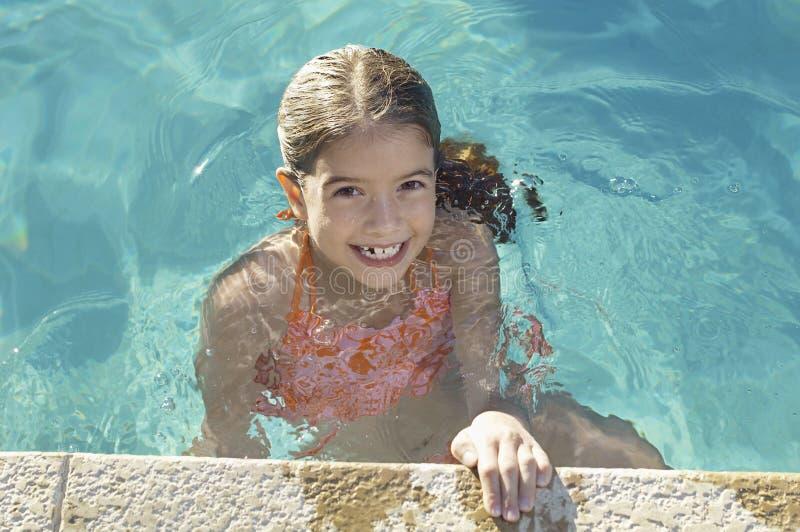 水池的边缘的小女孩 库存照片