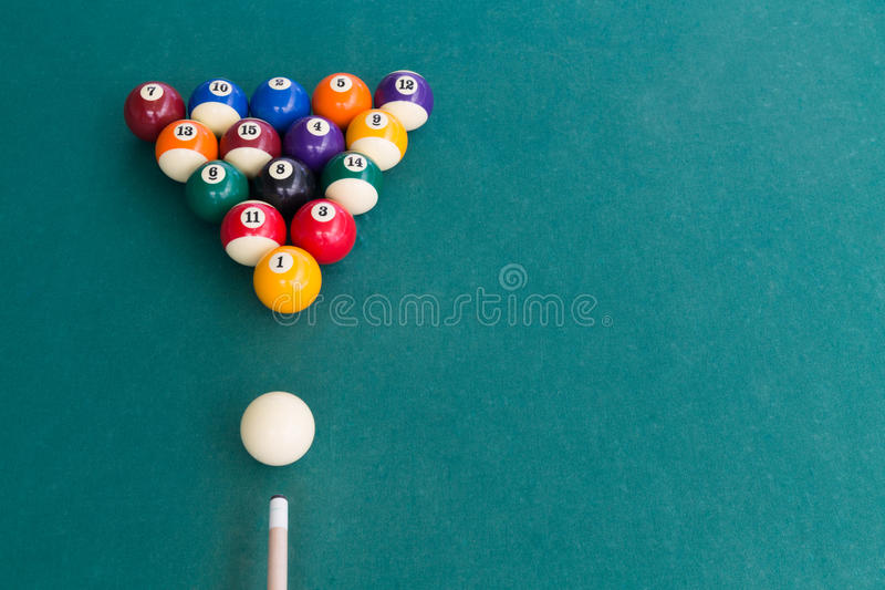 水池billards顶上的看法击败在选材台上的球 免版税图库摄影