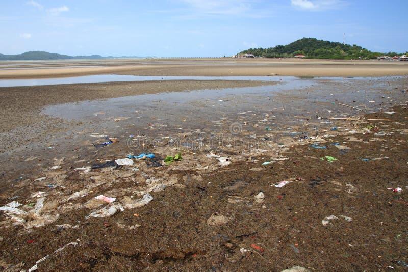 污染在海滩和塑料废环境 免版税库存照片