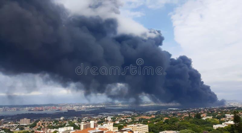 污染大气的黑暗的毒性发烟在德班 免版税库存图片