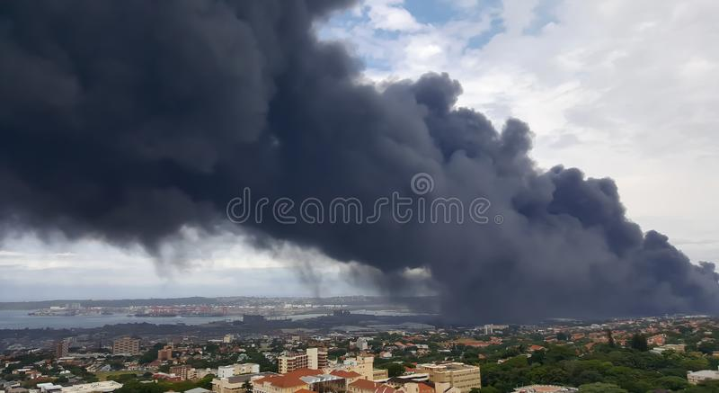 污染大气的黑暗的毒性发烟在德班 免版税库存照片