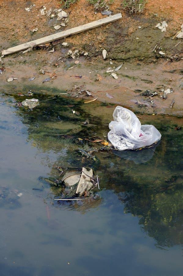 污染河 免版税库存图片