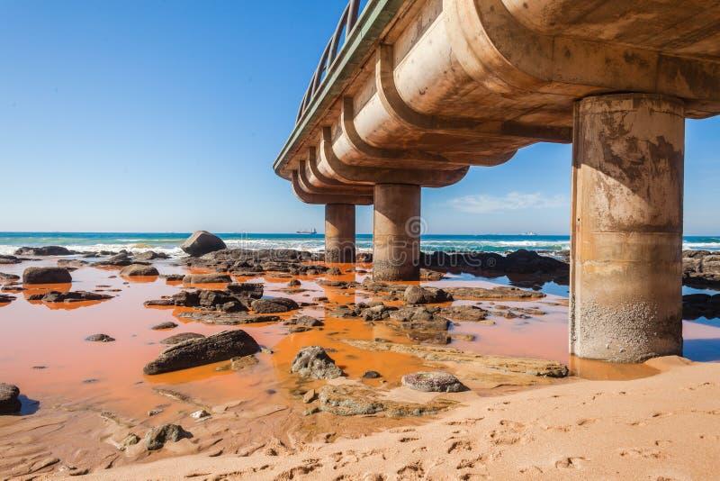 污染水海蓝色码头海滩 库存照片