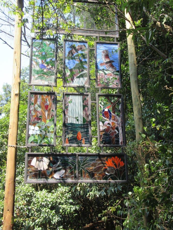 污点玻璃显示在森林里 免版税库存照片