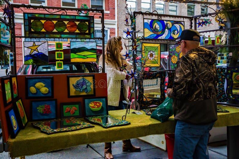 污点玻璃艺术家谈话与顾客 免版税图库摄影