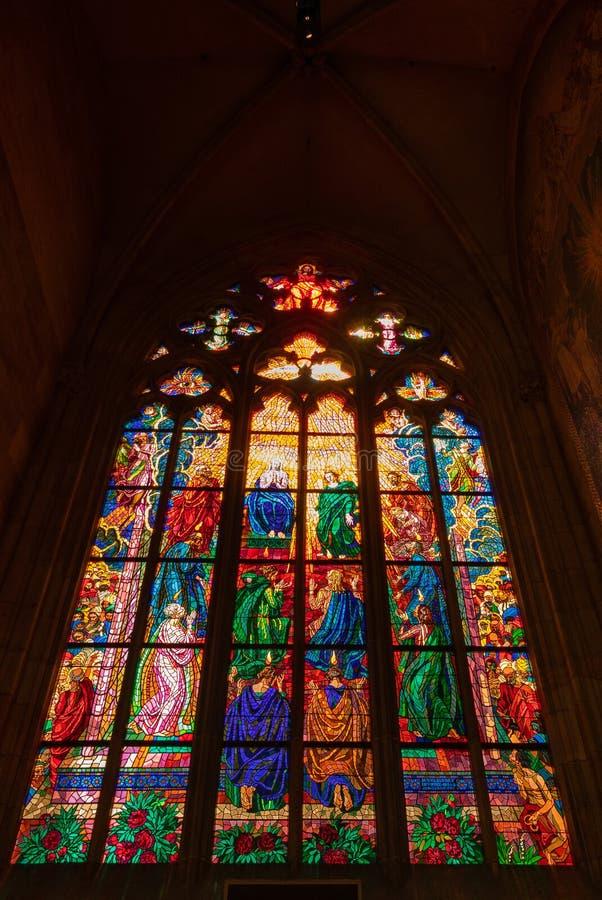 污迹玻璃窗在圣卢德米拉教堂里,在圣维塔斯大教堂里,在布拉格 免版税库存图片